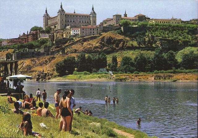 Bañistas en la Playa de Safont bañándose en el río Tajo en Toledo en los años 60