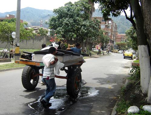 """Con el costal de maíz al hombro, para no ensuciar el espejo con el ripio, Carlos Javier escoltó el coche en su recorrido de dos cuadras por el barrio Santa María de Itagüí. Aleida, desde el balcón, los seguía. """"Ellos estaban ahí parados sin hacer nada ent"""