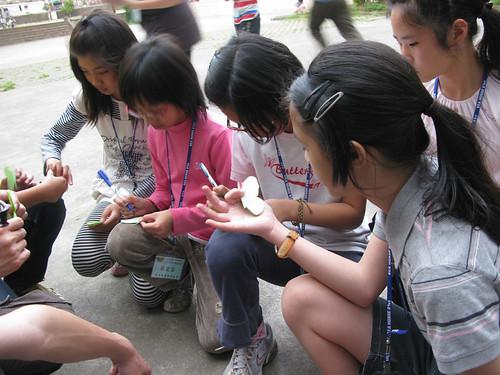 20100320雲林林內國小紫蝶營~小朋友專心拿紙蝴蝶練習標記-3