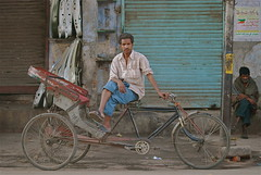 Old Delhi 8am - Waiting (Lou Morgan) Tags: poverty india man asia delhi indian cycle rickshaw jamamasjid olddelhi jamamasid