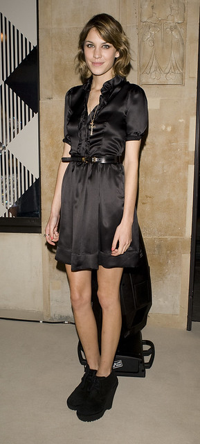 celebrity-paradise.com-The_Elder-Alexa_Chung_2009-09-22_-_at_Burberry_034