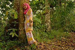 Tree hugging - Love Mother Earth (framptoP - E.V.I.L. Photographer) Tags: women sony hijab serian a350 tebekang