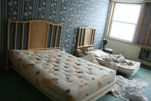 Guest room with asymetric beds