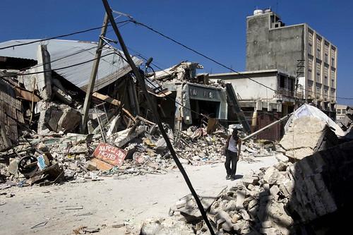 a man walks through the ruins in Port-au-Prince (by: UN Photo/Marco Dormino)