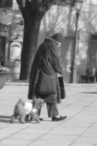 "Donna con cane • <a style=""font-size:0.8em;"" href=""http://www.flickr.com/photos/49106436@N00/4406688199/"" target=""_blank"">View on Flickr</a>"