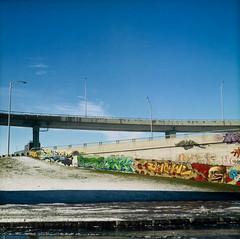 Qui éclaire chacun de mes pas (a n n ! c k) Tags: film graffiti québec quebeccity autoroute marche coma stroch carlzeiss hasselblad500cm lampadaires basseville pilliers marche2 marche3 kodakepp120 crève5 crève2 crève3 crève4 crève7 crève6 crève1 planar12880mmt ilôtfleuri ektachrome100pluspro