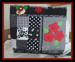 ...Bolsa em Patchwork com aplicações.... (Ponto Final - Patchwork) Tags: flores preta feltro patchwork bolsa vermelha tecido xadrez retalho aplicações poá apliques patchcolagem brochedefeltro bolsaempatchwork artesanatocomtecido