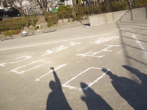 公園のグラウンドに、「虎 賀正 2010」と書いてあった