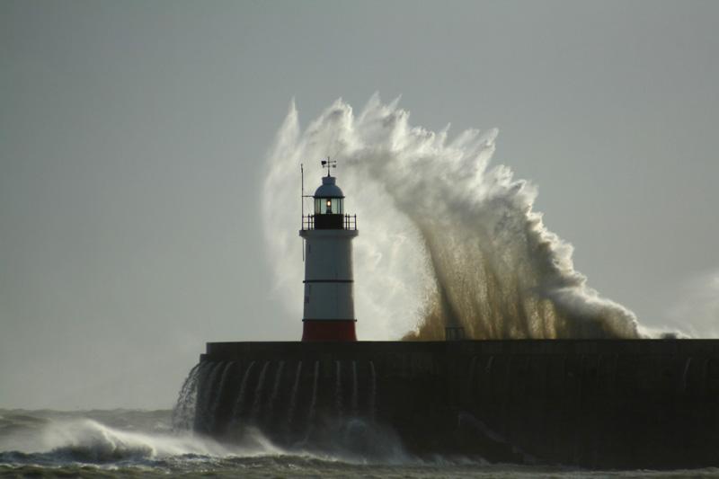 Волны у маяка