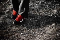 Intimidados... (InVa10) Tags: red feet grass canon eos spain rojo shoes cords badajoz pies cesped zapatillas extremadura cordones inva 450d