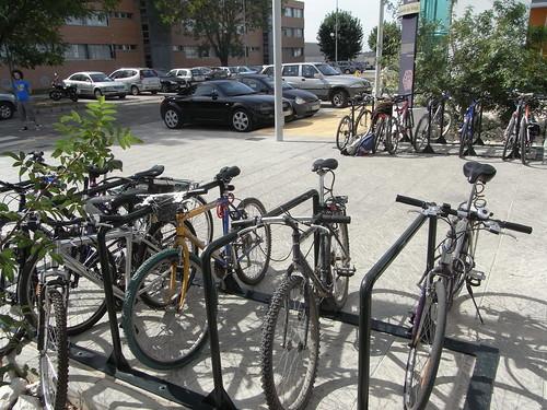 Aparcadero Bicicletas Leonardo Da Vinci casi lleno. Universidad Córdoba.