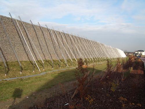 Bauphase der Photovoltaikanlage an der Lärmschutzwand in Bürstadt