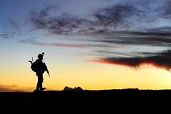 [フリー画像] [戦争写真] [兵士/ソルジャー] [人物写真] [シルエット] [夕日/夕焼け/夕暮れ] [アメリカ軍兵士] [アフガニスタン風景]    [フリー素材]