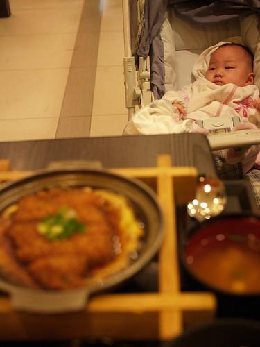 帶女兒去吃福勝亭。(當然她只能看)