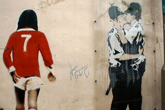 Banksy (dprezat) Tags: street england urban art sussex kissing brighton tag graf banksy peinture mu manchesterunited coppers policeman bombe pochoir req kissingcoppers georgebest arosol sonyalpha700