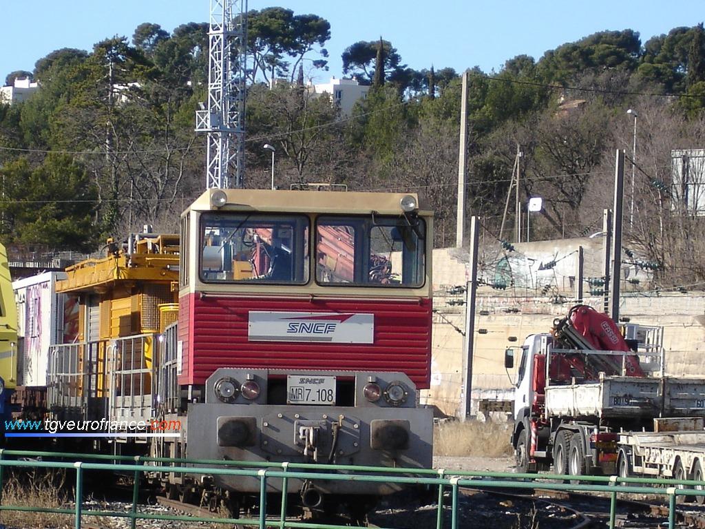 Une draisine DU 84 à moteur Diesel stationne en gare SNCF d'Aubagne avec un wagon d'inspection des tunnels (WIT) et un wagon de cantonnement.