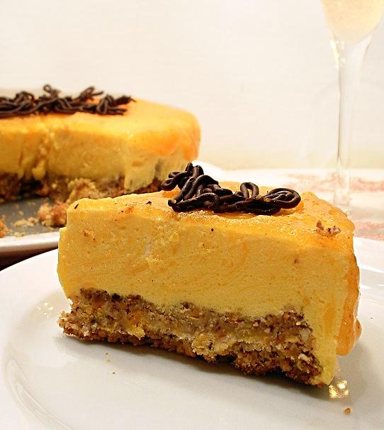 bavarase alla vaniglia su biscotto di nocciole e copertura di caki
