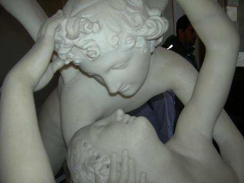 amore e baci. d#39;improvviso silenzioso si allontana in volo dai aci e dalle braccia della