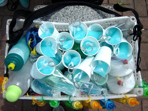 """Listo el producto y ahora sí a vender. A mil pesos casa vaso de burbujitas. """"En un domingo bueno puedo vender unos cincuenta"""", afirma Taborda."""