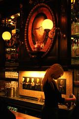 Birraaaaaaa!!! / Beeeeeeeer!!! (AndreaPucci) Tags: red holland beer amsterdam lights pub district waitress birra olanda birreria canoneos400 cameriera redlightsdistrict canonefs1855mm3556 andreapucci distrettoalucirosse