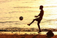 Treinando para a Copa (Arthur Garcia) Tags: sunset sea praia beach water gua canon ball mar football soccer prdosol bola futebol 450d rebelxsi