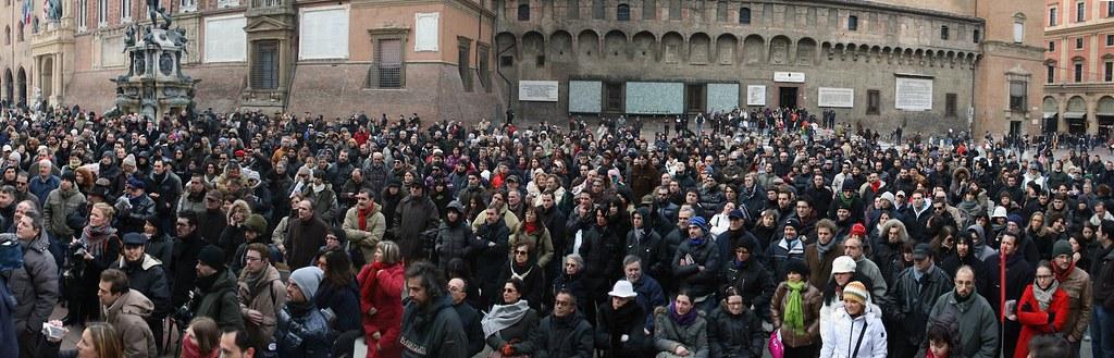 Il numeroso pubblico presente in Piazza Nettuno