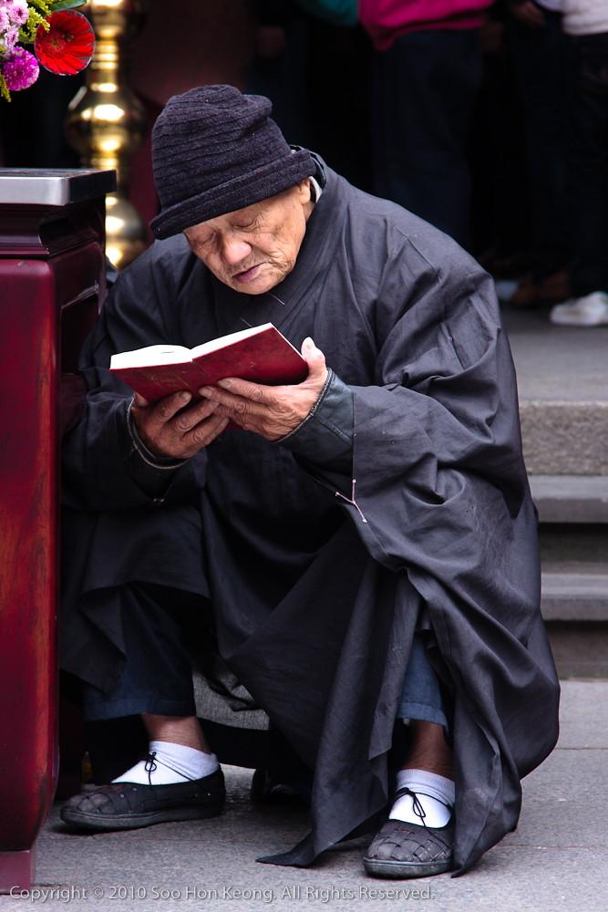 Pray @ LongShan Temple, Taipei, Taiwan