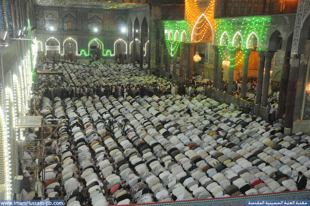 زوار ابي عبدالله الحسين عليه السلام يؤدون صلاة الجماعة في الصحن الحسيني الشريف
