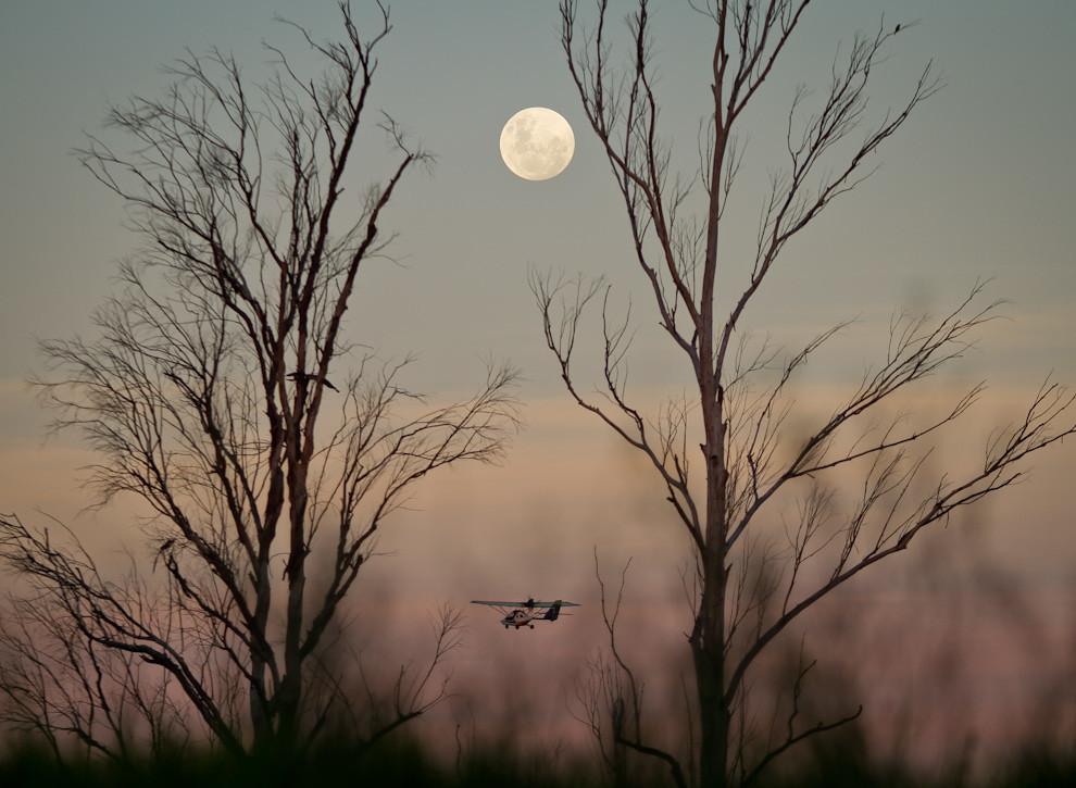 El Aeródromo Yvytu, en la ciudad de San Bernardino, fue escenario de un show el día lunes 16,  con globos aerostáticos, aviones, paramotores, y este ultraliviano, que realizaba su último vuelo de la tarde, mientras la luna se erguía imponente en el firmamento. (Tetsu Espósito - Asunción, Paraguay)