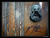 Hace mucho tiempo que ya nadie llama (Chema Concellón) Tags: españa spain puerta madera europa europe oxido desolación soledad león firma pintada texturas olvido pamplona navarra abandono sanfermín decadencia grietas aldaba llamador 50v5f 100vistas chemaconcellón newphotographers
