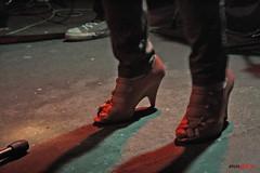 Huesos. (Alois Glogar) Tags: madrid bar canon escenario concierto teresa pantalones cuerpos alois sombras suelo directo wurlitzer zapatillas zapato cobo glogar 1000d eos1000d eosdigitalrebelxs eoskissf aloisglogar