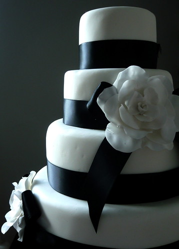 Black and White wedding cake por cakebysugar.