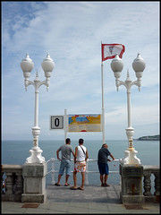Bajamos? (miguelcharrito) Tags: sea espaa mar spain san gijn asturias playa lorenzo sidra gijon xixon pelayo cantabrico bable cantbrico astur