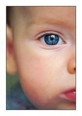 bébé yeux bleus