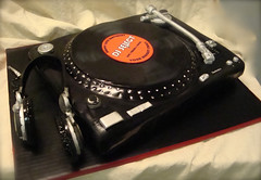turntable cake with headphones by debbiedoescakes