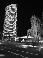 >D (...uno che passava... (senza ombrello)) Tags: light bw berlin db bn potsdamerplatz piazza deutschebahn palazzo mitte luce berlino bahntower bncitt