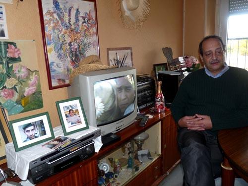 Mati, cinquantenaire marocain, dans le salon de son appartement de la résidence des Acacias