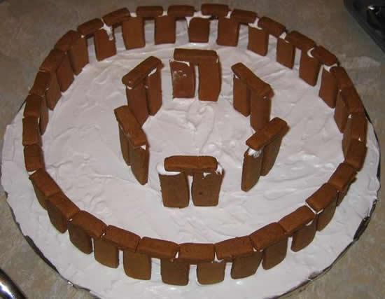 03_stonehenge-cake3