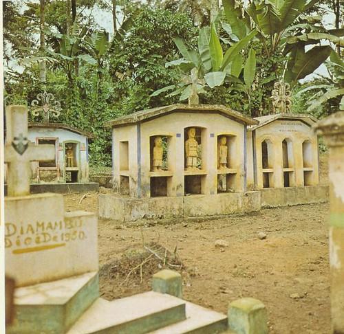 z_r_Anciennes tombes dans le Mayombe par Warren Long