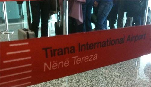 """La întrare în Aeroportul """"Maica Tereza"""" din Tirana, Albania"""