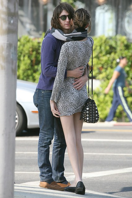 Preppie_-_Alexa_Chung_strolls_around_the_streets_of_West_Hollywood_-_October_7_2009_6240