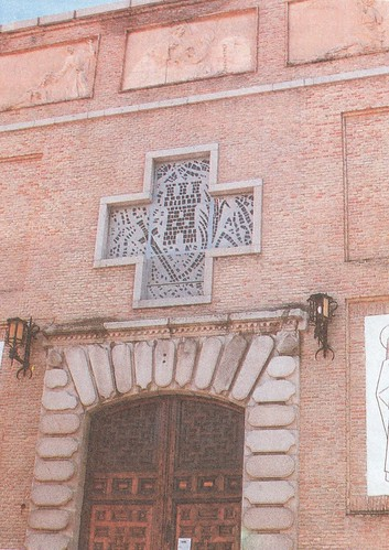 Fachada de la parroquia de Santa Bárbara con la portada del antiguo Banco de España reaprovechada. Años 80. Foto Fono.