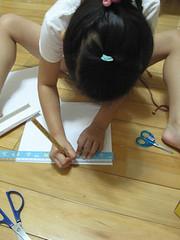 20091113-yoyo剪裁紙做床架 (2)
