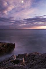 Guardando le isole Pontine (Tommaso Renzi) Tags: sunset sea italy moon rome dawn rocks tramonto nuvole natura luna tronco sabaudia circeo