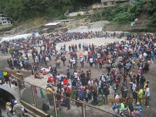 Tourists awaiting rescue in Aguas Calientes, Machu Picchu (@Lynnmora)