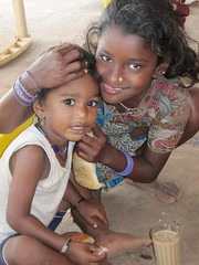 Indian girl with younger brother in Goa (Pondspider) Tags: poverty india children child goa enfants enfant colva linde pauvret migrantworkers anneroberts annecattrell terredespoir janinegaiddon pondspider charitfranaise