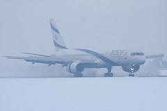 4X-EBU - 26053 - El Al Israel Airline - Boeing 757-258 - Luton - 091223 - Steven Gray - IMG_5795