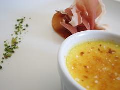 Creme brulee di scampi, prosciutto e pistacchio