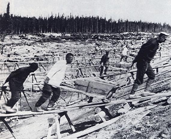 Prisioneros trabajando en el canal en 1932