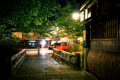 Night Life around the Tatsumi Bashi Bridge (巽橋) in Gion (祇園) Kyoto (京都) Japan (TOTORORO.RORO) Tags: sel24f18z sonnarte1824 sonnart1824 e carl zeiss sonnar kyoto street people activities spring lifestyle kamo river kamogawa walking dramatic love 日本 京都 観光 鴨川 retro night nightlife tatsumibashi bridge 巽橋 shirakawa 白川 kiyomotocho 清本町 gion 祇園 hanamachi 花街 historical location geisha 芸妓 district traditional architectures